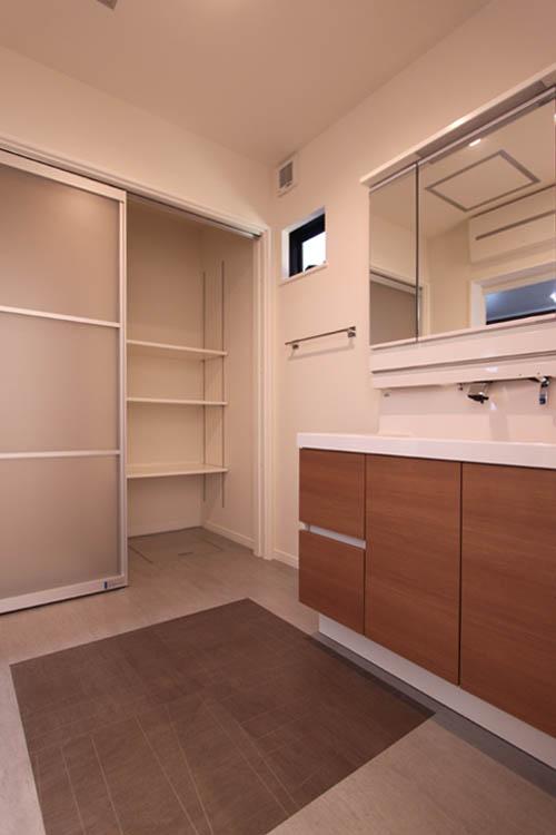 大収納のリネン庫を配した洗面脱衣室。