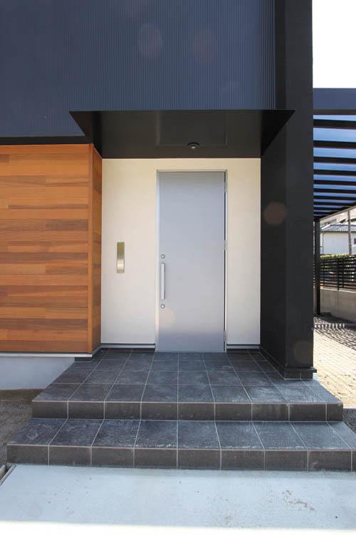 シンプルなマットシルバーの玄関ドアがモダンな高級感を演出します。