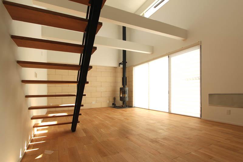 スケルトンタイプの鉄骨階段がデザインポイントとして引き締まった雰囲気を醸し出しています。