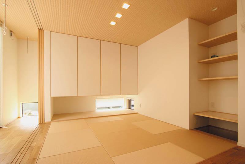 広縁兼用の室内物干しスペースと連続した、モダンテイストの和室。