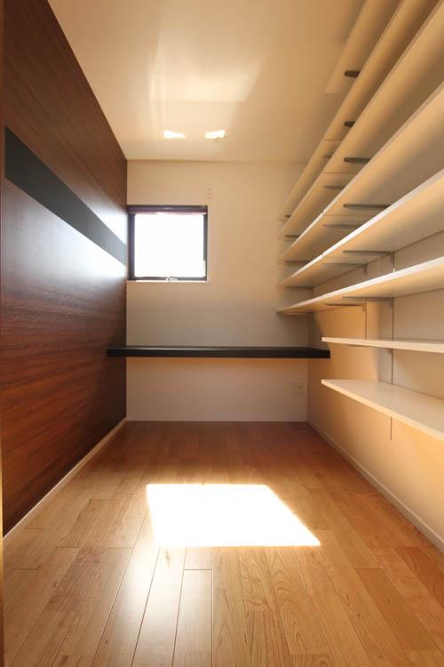 ご主人の書斎は本がたくさん収納できるよう壁一面に可動棚を設けました。