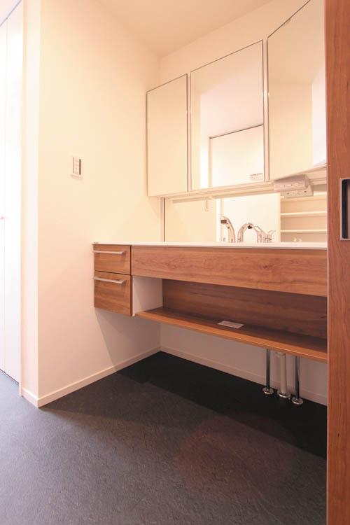 明るく清潔感あふれる洗面化粧台はデザイン性の高いワンランク上の仕様としました。