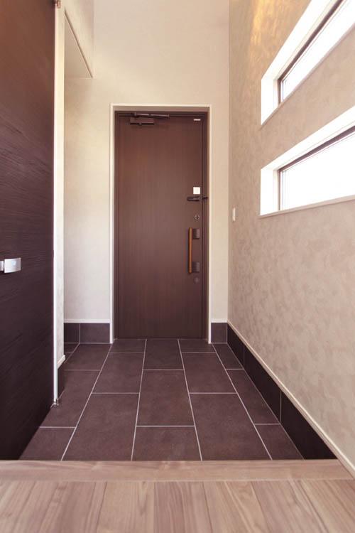玄関床には黒の大判タイルを貼り、シューズクロークのドアは黒木目調の浮造りドアを採用しシック&高級感溢れるデザインとしました。