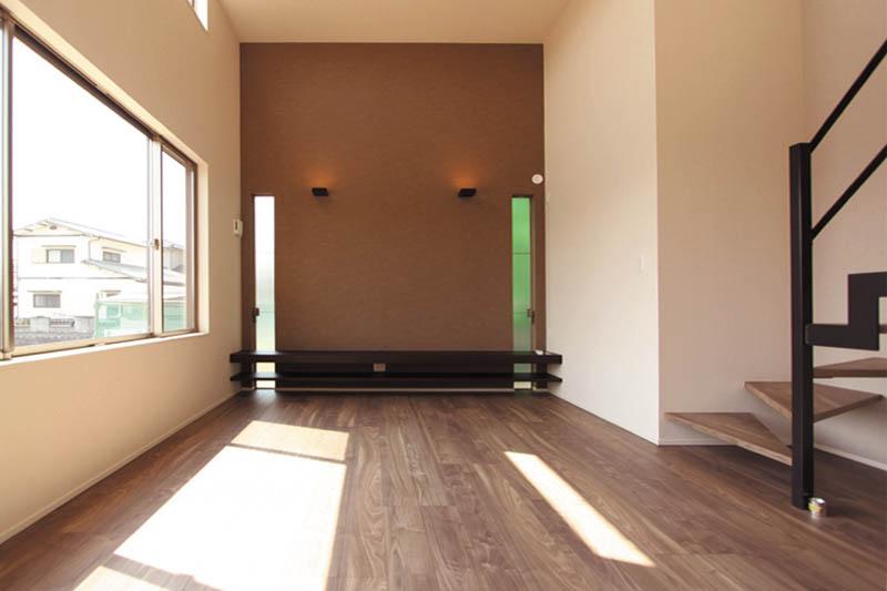 リビングの正面にはワイドな造り付けテレビ台を配し、アクセントカラーの壁紙や間接照明で雰囲気を醸し出しています。