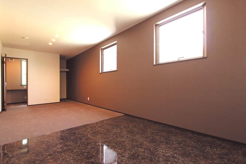 主寝室はブラウン系のシックな色使いとし、大型のウォークインクローゼットやご主人専用の喫煙ルームを配しました。
