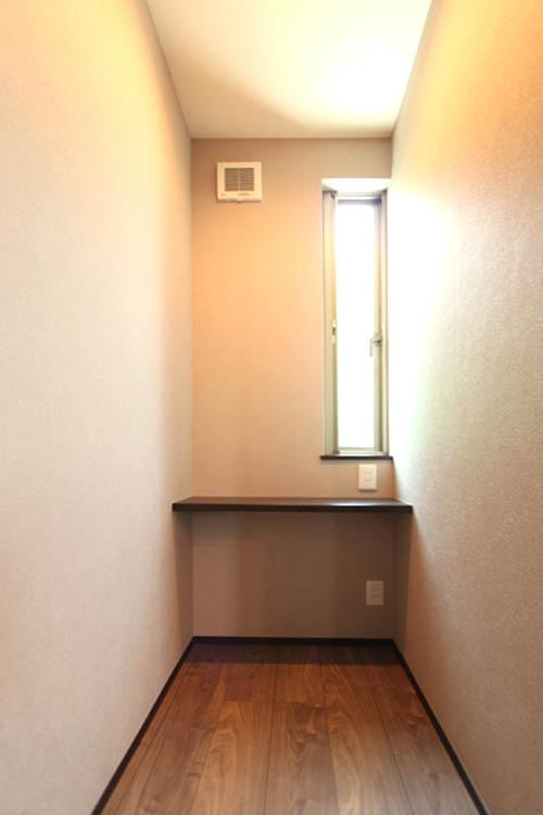 主寝室に併用されたご主人専用の喫煙ルーム兼書斎スペース。