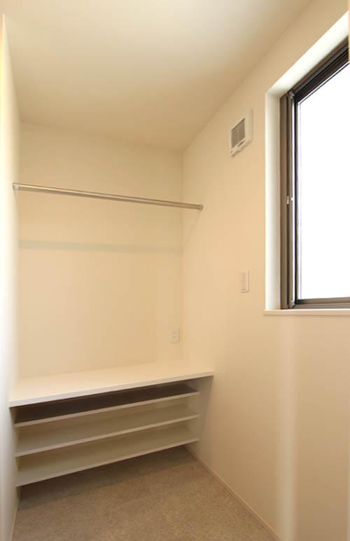 脱衣室横には室内物干しスペース兼用の家事室をプラン。奥様の効率的な家事をサポートします。