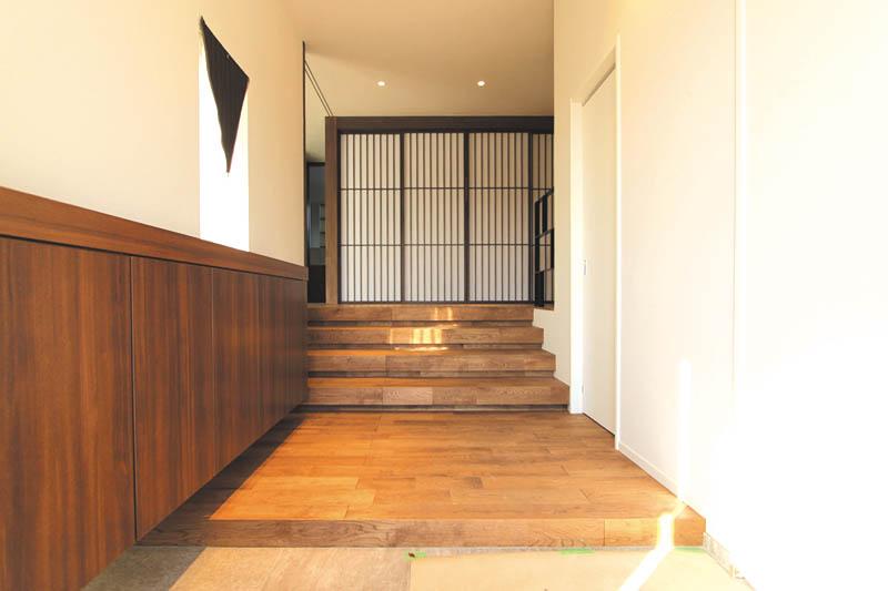 広々とした玄関ホール内の階段を上ると、正面にある和室の障子戸がデザイン的なアクセントとして「和」の雰囲気を演出しています。