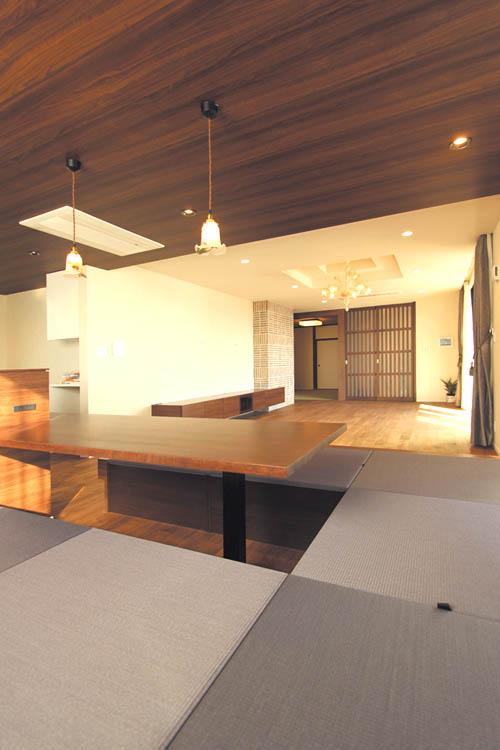 リビングの一角には家具畳ユニットのダイニングスペースをプラン。食事の後にちょっと横になることも出来ます・・・。