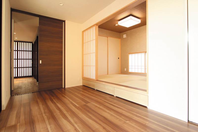 洋室内に和室の小上がりを設けた主寝室。まるで旅館の客室みたいです。