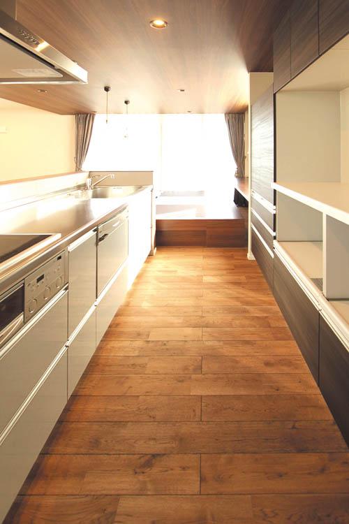 家具畳ユニットのダイニングに連動したキッチン。食器棚バックセットも、もちろん造り付けです。