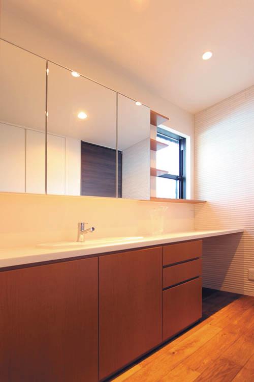超ワイドな造り付の洗面化粧台。正面に窓を設置することによって通風も採光もバッチリ。