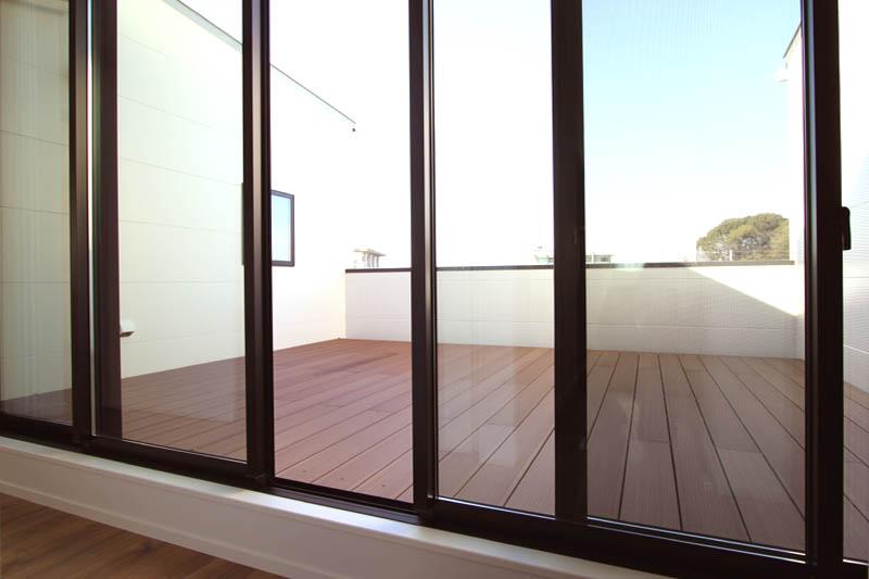 2階の廊下に連続するバルコニーはリビング並みの広さで、多目的に利用できます。