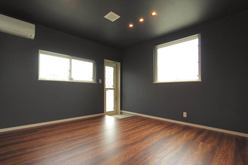 主寝室は濃い色の壁紙を配して落ち着きのある、モダンな装いとしました。