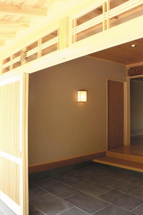 広い玄関は伝統の「和」の趣きをデザインしました。