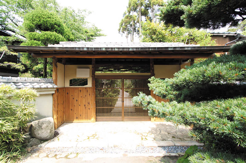 山門調の門は「和」の伝統に相応しい重厚なデザインとしました。