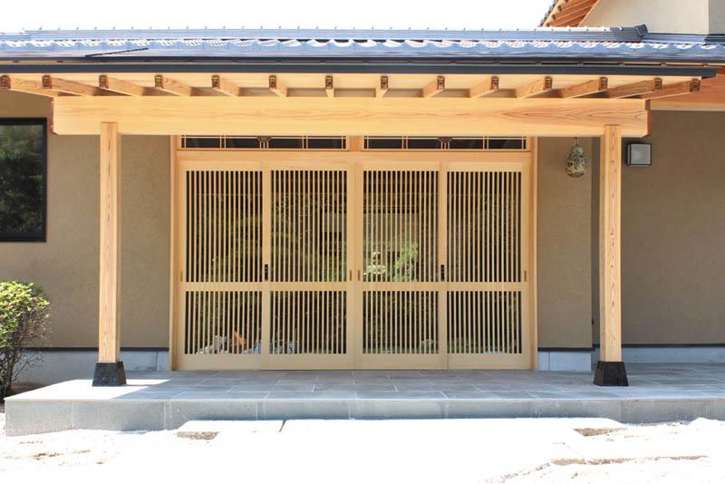 梁、垂木表しの玄関は千本格子をあしらった風格のある造りとしました。