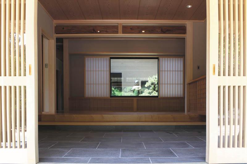 2間の広い玄関の正面には障子窓を配し、中庭が見えるプランとしました。