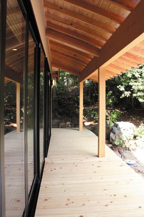 リビングスペースには広大な庭園を望む広縁を設けました。