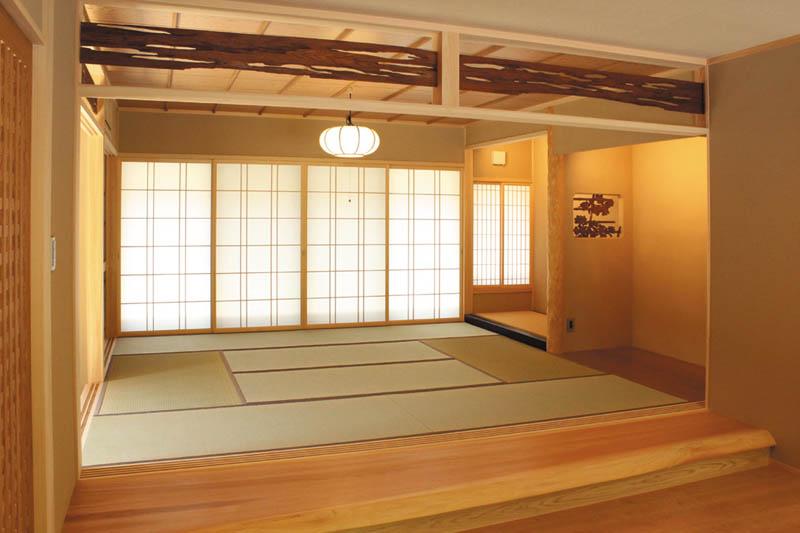 リビングに接する和室広間には原木を加工した上り框を配し、床の間や障子が伝統の「和」空間を演出しています。