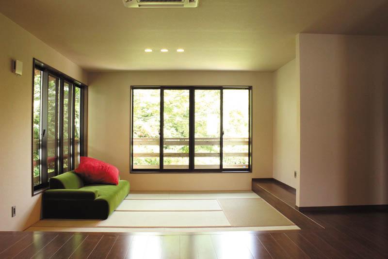 洋室はフローリングと畳を併用し、機能的な和洋折衷スペースとしました。