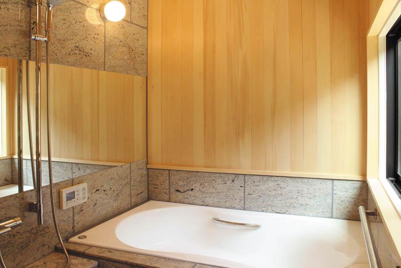 石貼りの浴室は高級感漂う癒しのスペースとしました。
