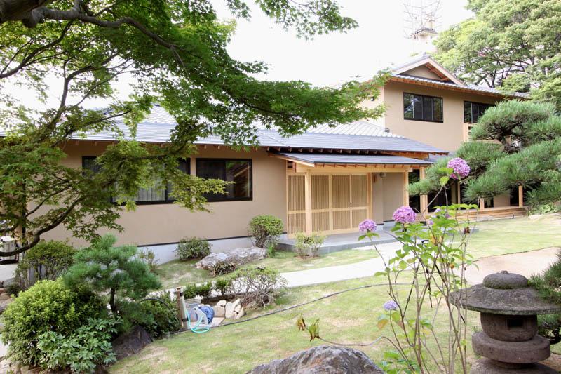 日本庭園とマッチした趣きのある建物外観。