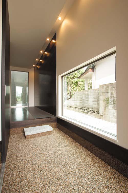 「和」のテイストと「リゾート」感覚が調和した玄関の空間デザイン。