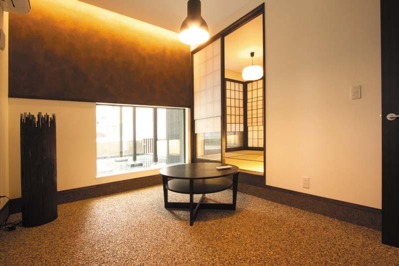 和室には池が見える「前室」を設け、まるで高級旅館のような空間を演出しました。
