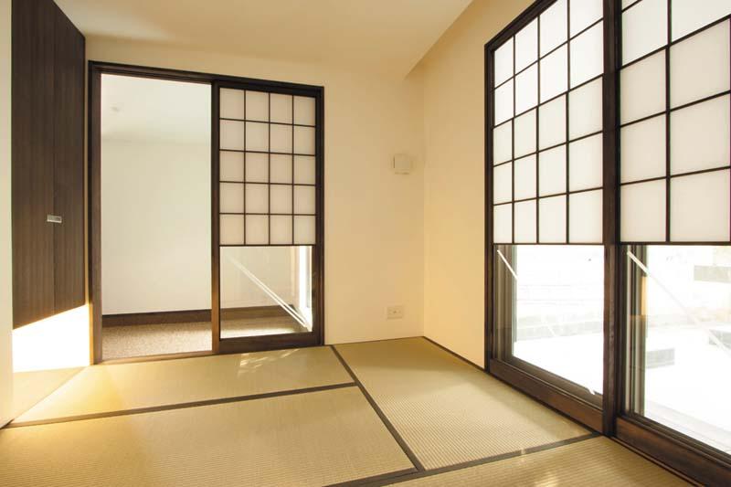 和室には染色した雪見障子を設け、古民家風にデザインしました。