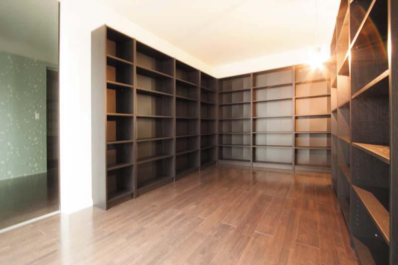 事務所兼書斎は造り付の本棚を周囲に配し、機能的な造りとしました。
