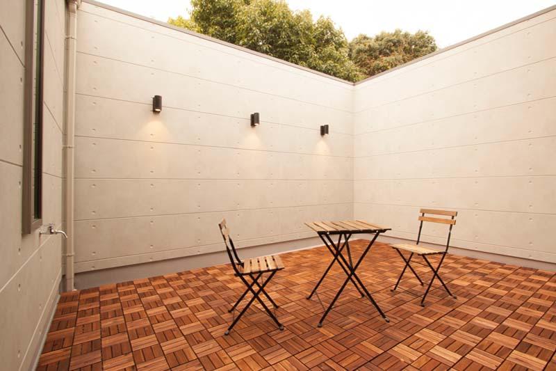 バルコニーは手摺壁を高くすることにより、プライバシーを確保して憩いの空間としました。
