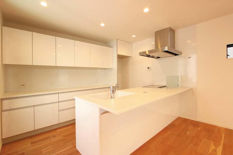 ホワイトを基調としたキッチンスペースは清潔感あふれる明るい空間としました。