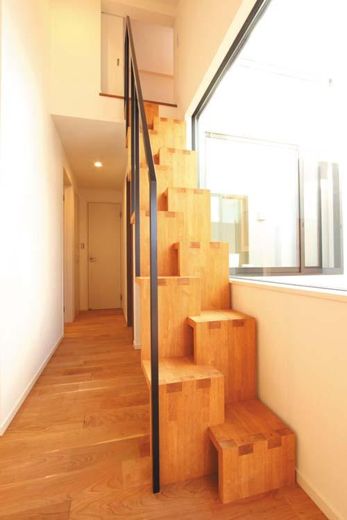 2階廊下からライトコート沿いに昇降するロフトの階段は段違いとして圧迫感がないよう、デザイン的に配慮しました。