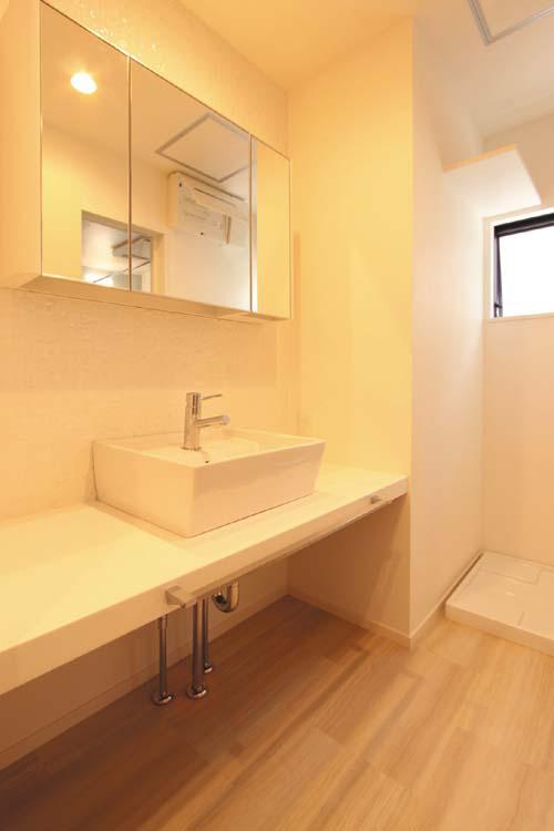 洗面化粧台はシンプルなデザインの造り付としました。